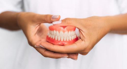 Krankenhausbehandlungsvertrag - Fürsorgepflicht der Klinik für Zahnprothesen des Patienten
