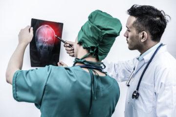 Befunderhebungspflicht – Schmerzensgeldanspruch für schwerste Schädigungen durch Gehirnblutungen