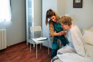 Sturz eines sich am Bett festhaltenden gehbehinderten Krankenhauspatienten – Haftung