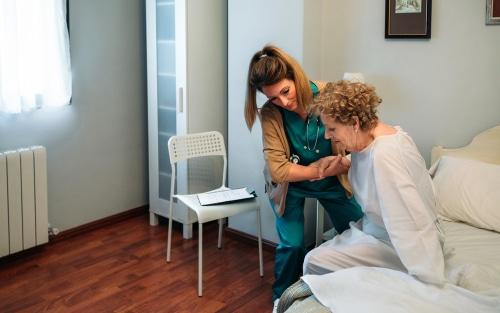 Sturz eines sich am Bett festhaltenden gehbehinderten Krankenhauspatienten - Haftung